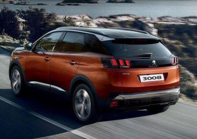 Peugeot 3008 Heckansicht waehrend der Fahrt