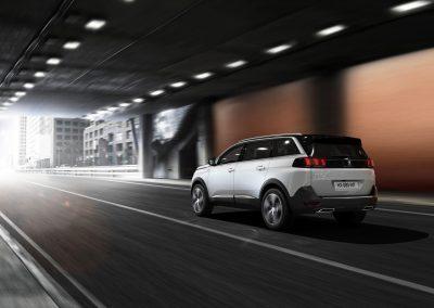 der neue Peugeot 5008 in weiß bei Fahrt durch Tunnel