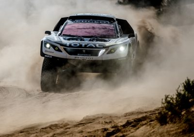 Peugeot 3008 DKR Fahrt durch Sand bei Höchstgeschwindigkeit