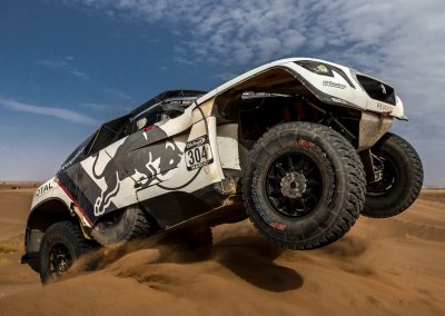 Peugeot 3008 DKR überfährt Sanddüne bei Ralley Dakar