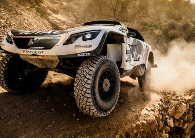Peugeot 3008 DKR von vorne in Grossaufnahme bei Fahrt über Hügel